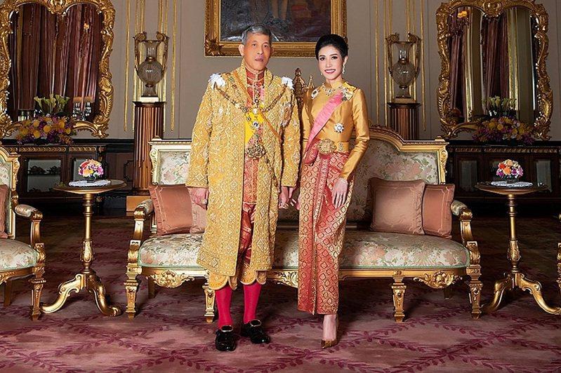 泰国王室2019年8月发布的泰王瓦吉拉隆功与王妃诗妮娜合影。法新社(photo:UDN)