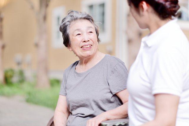 日本有八成四詐騙案受害人是65歲以上長者,圖為日本企業向長者做反詐騙宣導。圖/株式會社武藏野提供