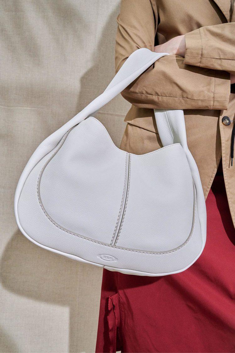 TOD'S Shirt Bag使用頂級荔枝紋牛皮,經過特殊處理呈現布料般輕柔感,...