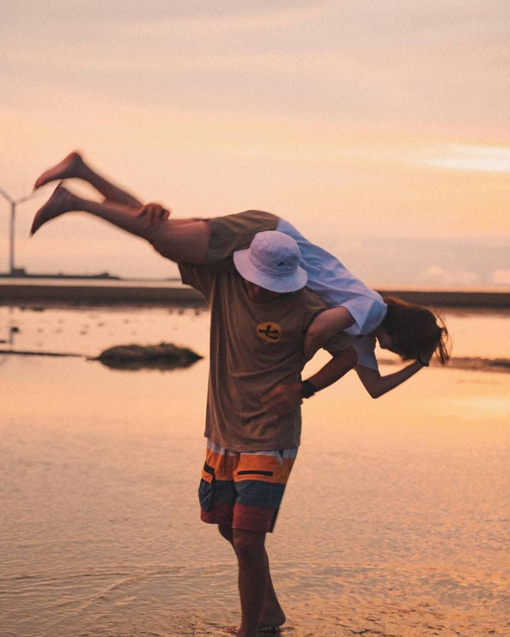 KID和李佳穎拍下一系列的合照。圖/摘自臉書