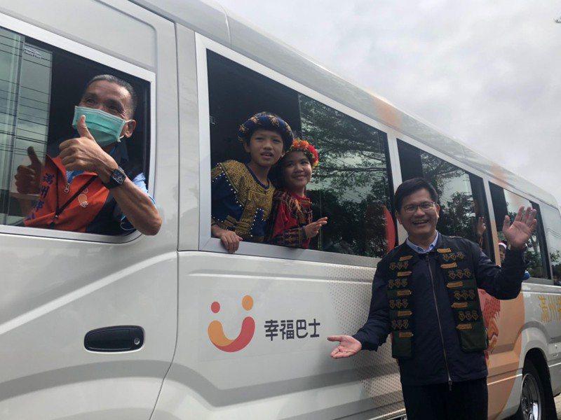「幸福巴士2.0」在屏東縣滿州鄉上路,由華航、長榮捐贈的中巴(如圖)搭配兩輛小巴、一輛長照交通車,服務在地民眾。記者侯俐安/攝影