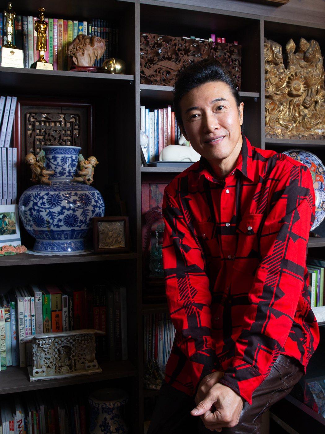 陳鴻的書牆裡除了廚藝書,還有各種骨董,每一件都有故事。記者季相儒/攝影