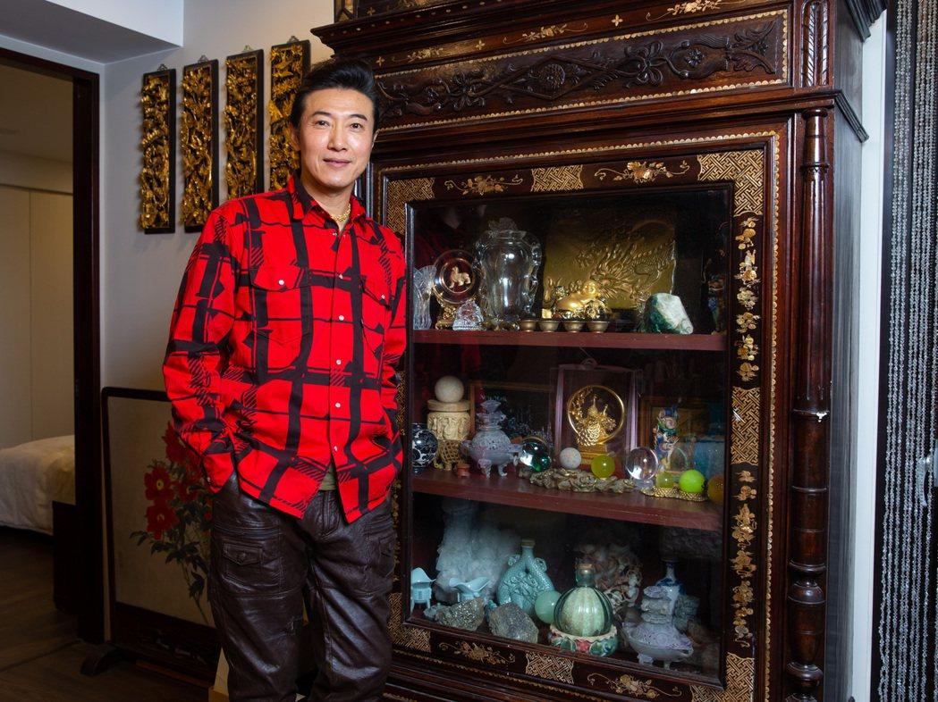 陳鴻的客廳裡南洋櫃。記者季相儒/攝影