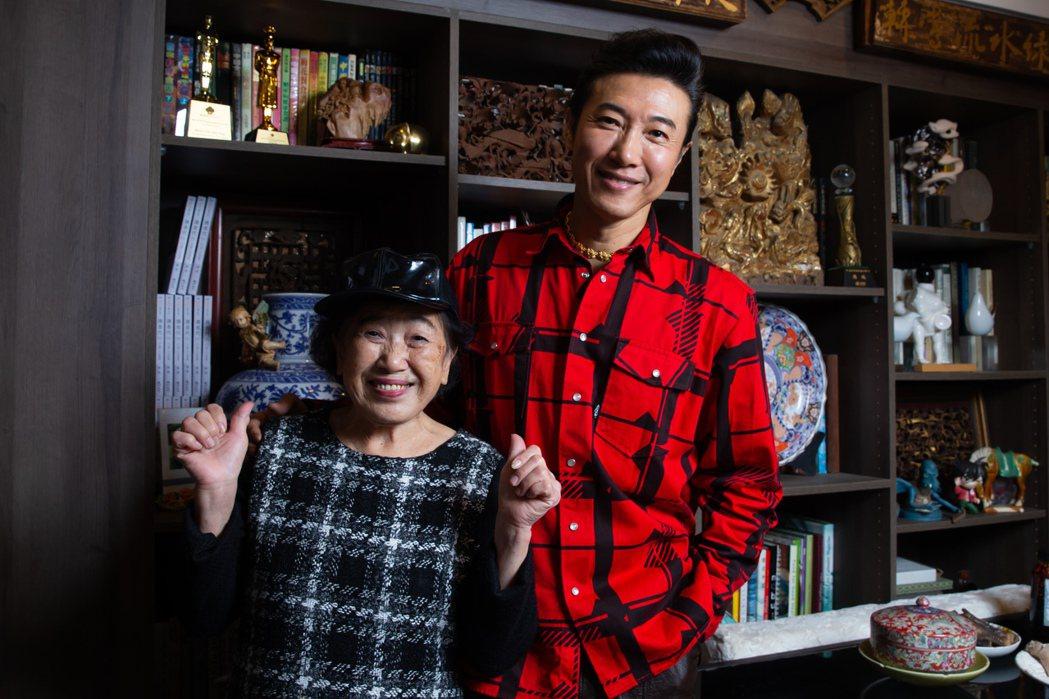 陳鴻(右)和媽媽相依為命,最近父親也搬回來同住。記者季相儒/攝影