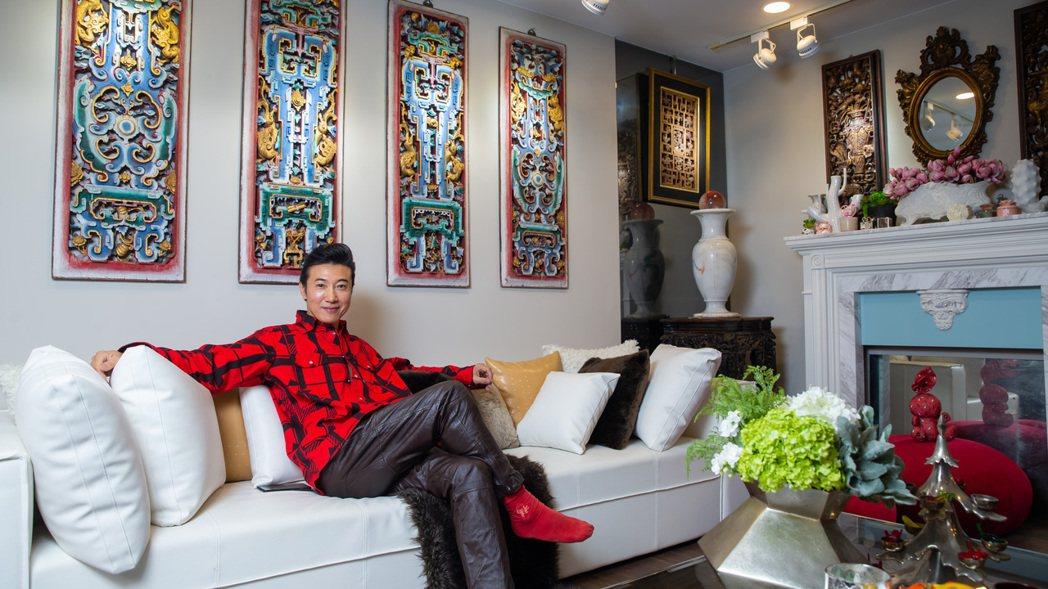 陳鴻的客廳裡掛滿各式老件,有的從拆除的廟裡收來,有的則是上海搬回來的收藏。記者季...