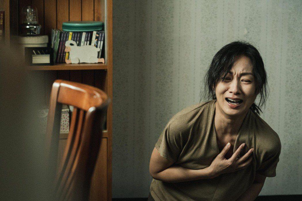 鄭家榆在「返校」中,回憶起對女兒照料疏失痛哭不已。圖/公視提供