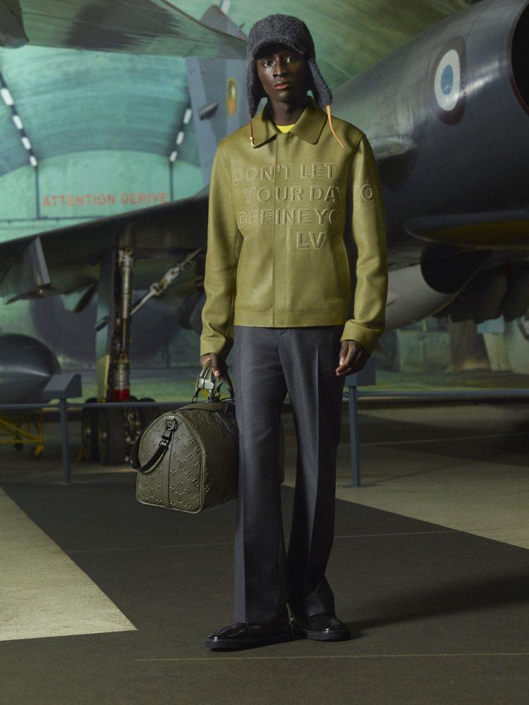 以浮雕科技展現LOUIS VUITTON標誌的大衣,在既定印象中呈現細節設計的奢...