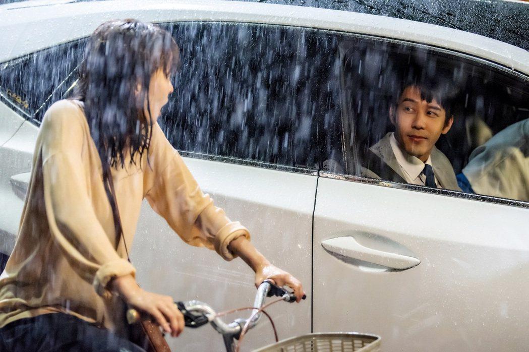 「王牌辯護人」中,胡宇威(右)人在車內,笑看葉星辰騎車淋雨。圖/東森提供