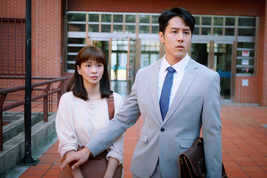 葉星辰(左)、胡宇威在「王牌辯護人」戲中搭檔查案。圖/東森提供