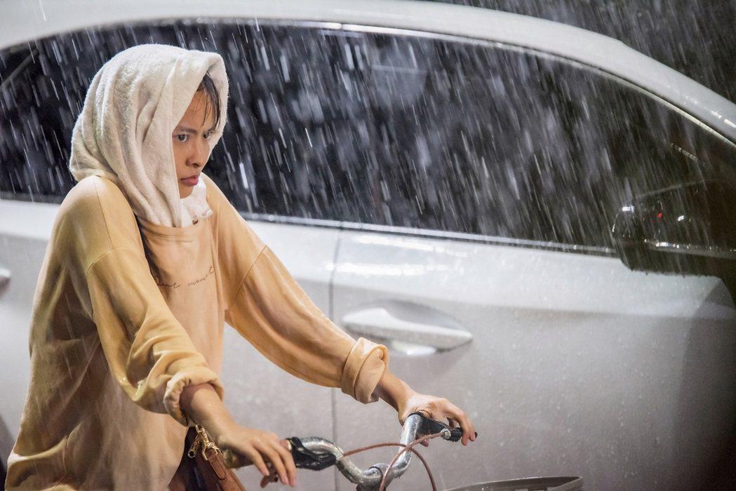 葉星辰在低溫暴雨中拍戲。圖/東森提供