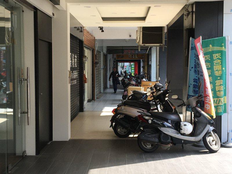 桃園市政府交通局公告開放騎樓停放機車,但要保持1.3公尺以上的人行空間。記者張裕珍/攝影