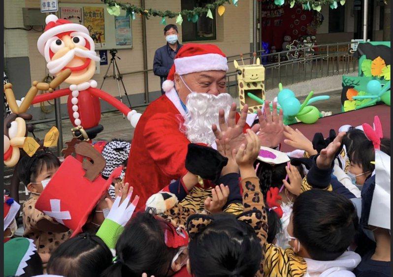 今天是耶誕夜,市長游振雄一早就扮起耶誕老人到員林市立幼兒園發糖果,和小朋友歡度耶誕節,游振雄這二天也在臉書卯勁宣傳明天舉辦開幕的市政二周年成果展。圖/翻攝自游振雄臉書