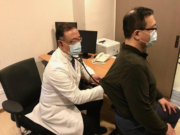 榮新診所副院長潘俊伸指出,上班族應注意三高控制。記者黃惠群/攝影