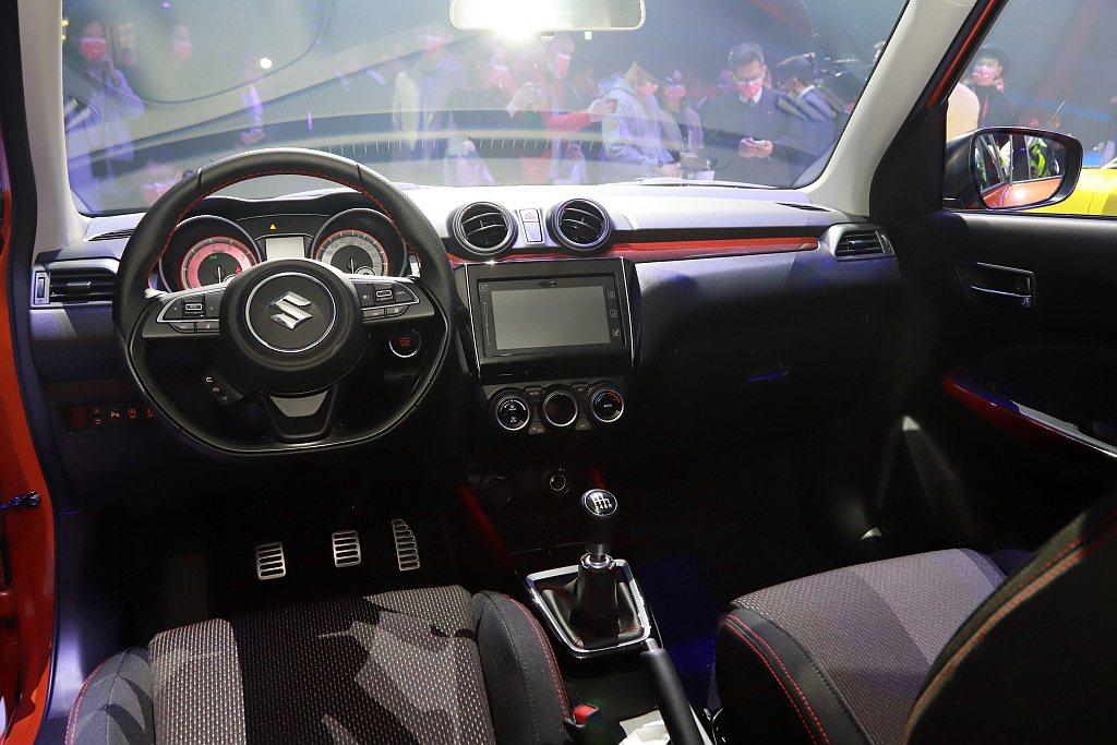 Suzuki Swift Sport座艙具備賽車級平底方向盤、潛望式儀表板、跑格...