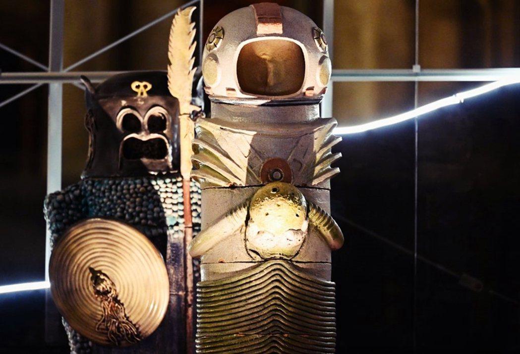 另一邊被伯利恆星指引、來此見證耶穌降生的東方三博士,則變成了彷彿宇宙歸來的太空人...