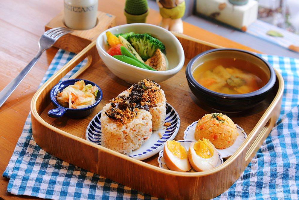 香菇爆香後混入蔬菜高湯熬煮的炊飯,加上脆口高麗菜,讓飯糰口感層次豐富。  圖/...