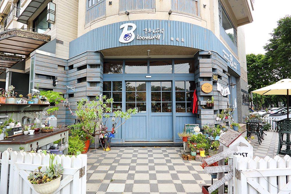 聽見花開咖啡館在楠梓土庫路,店外呈現雜貨鄉村風格。  圖/Carter 攝影
