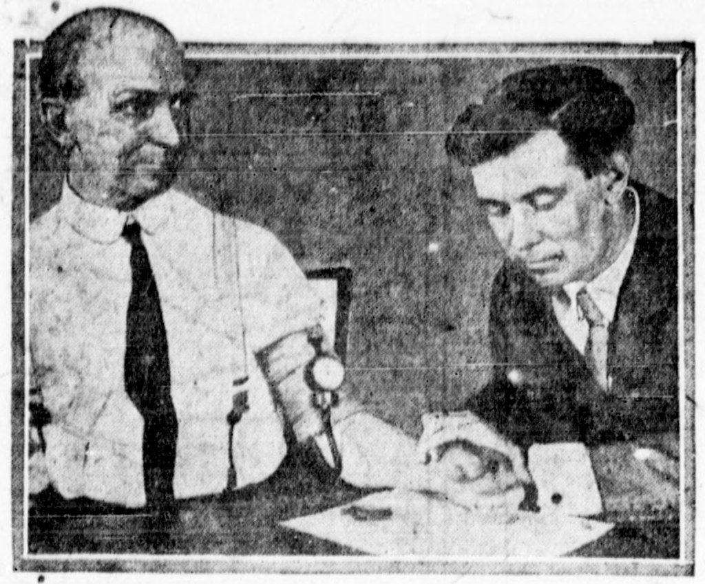 威廉.馬斯頓(右)於1922年測試他發明的測謊儀。 圖/維基共享