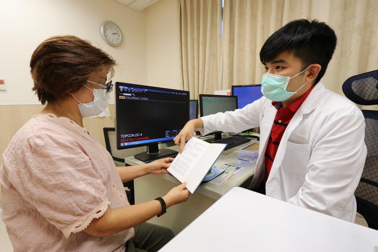亞洲大學附屬醫院眼科部醫師龔偉勛(右)指出,40歲以上民眾自覺眼壓高、眼睛脹痛、...