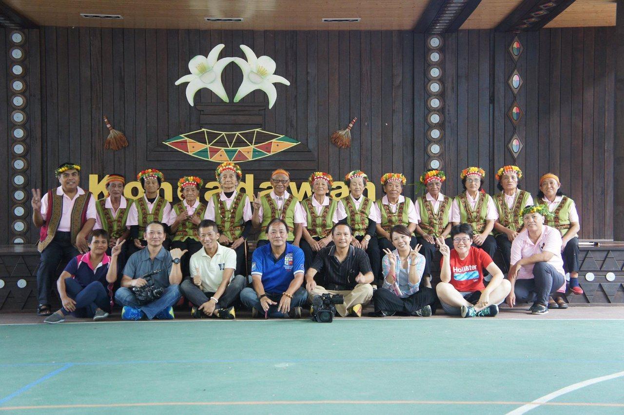 蔡一峰(第一排右四)今年60歲,因在山上拍紀錄片多年,與當地原住民成為好朋友。 ...