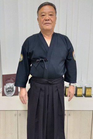 熱愛劍道的鄧仁財從公職退休後,重新拿起竹劍,指導小朋友練劍。 圖/邱瑞杰 攝影