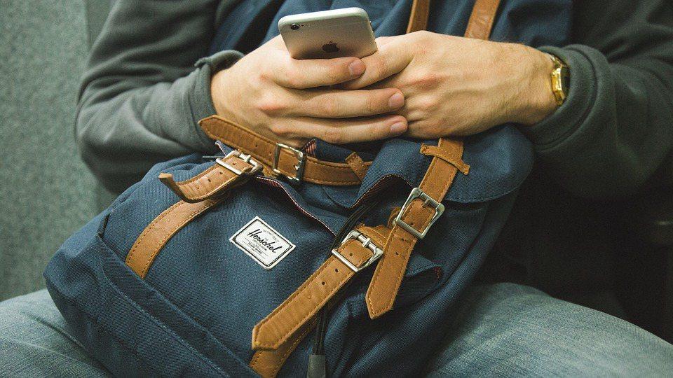 現代人經常在電腦前、或者是低頭滑手機,肩頸容易僵硬疲勞 圖/pixabay