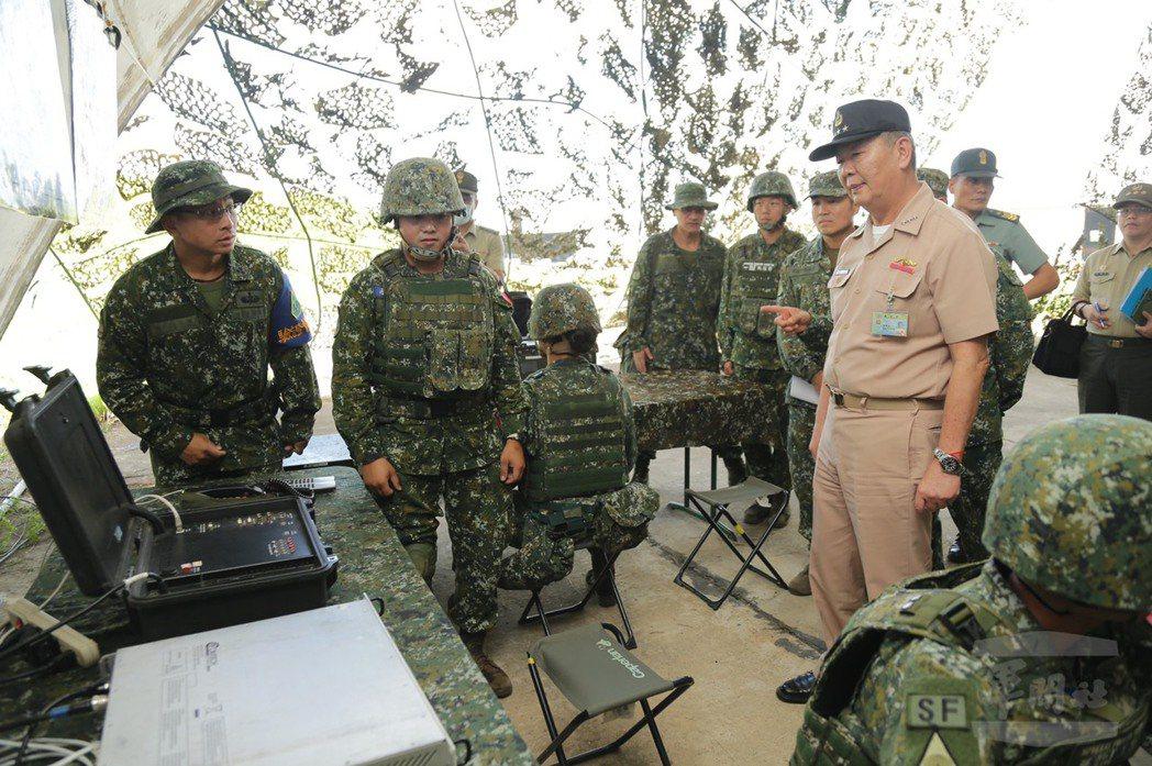 特戰部隊換裝可進行衛星通訊的微星通信系統視訊模組。 圖/軍聞社