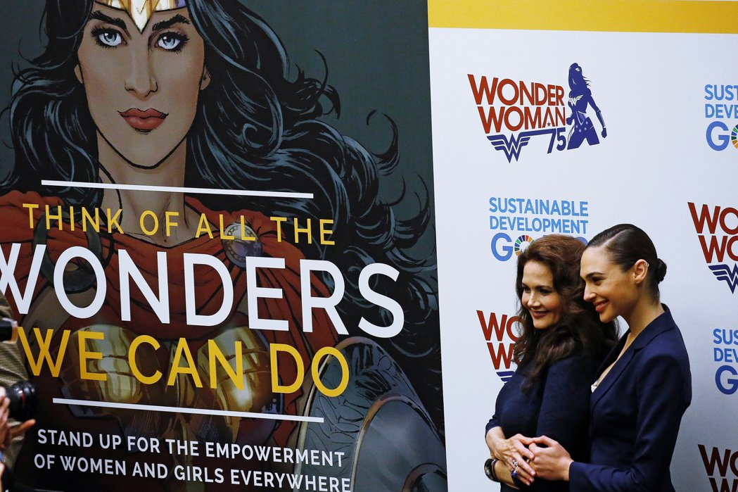 圖為2016年,神力女超人被選為聯合國的榮譽大使,希望能夠替女性自我賦權、倡導女...