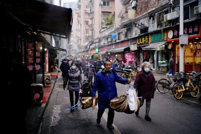新冠肺炎爆發將滿周年,圖為最初爆發病例的武漢華南海鮮市場,攝於2020年12月7日。 圖/路透社