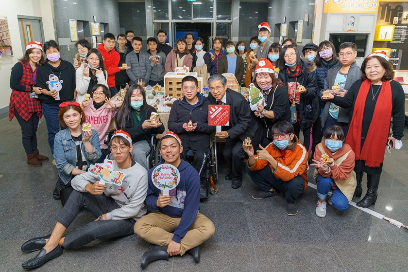 中國科大感恩耶誕活動熱情邀請身心障礙同學參與製作薑餅屋。 校方/提供