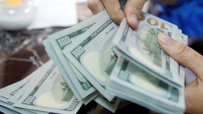 根據路透調查,多數分析師認為美元明年將繼續貶值,而此趨勢有助於風險資產上漲。路透