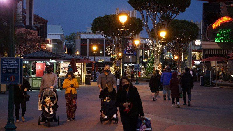 往年耶誕、新年假期是主題樂園最忙碌日子,但今年疫情攪局,美國加州迪士尼樂園、迪士尼冒險樂園和所屬3家飯店今年耶誕節關門,是60多年來第一次。 圖/中央社