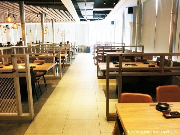 每桌座位與座位間都用隔板分開,增加隱私性,簡約的木質元素融入環境,還真舒適。