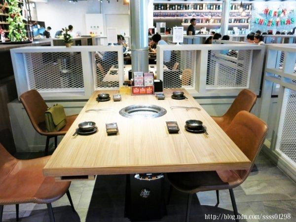 桌椅的乾淨程度是感覺得出來的,桌面摸起來毫無油膩感,沒有多餘的油漬,基本餐具已放置在座位上。