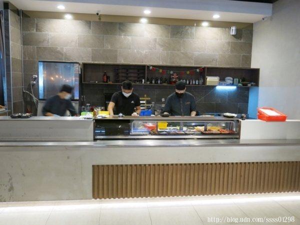 餐廳內最吸睛的部分莫過於這區的料理檯,若只看照片還以為是日式料理店呢!