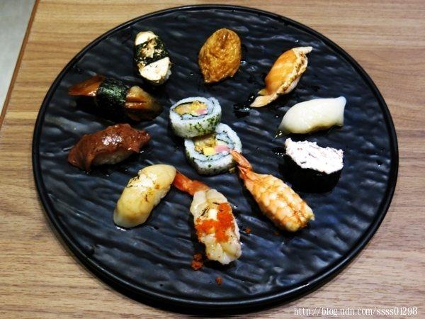 熟食壽司類,現做的握壽司口味新鮮,醋飯口感緊實,米飯襯托著魚肉海鮮的鮮甜味,而捲壽司配料層次新鮮脆甜。