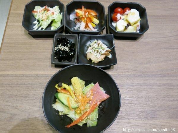 沙拉種類眾多,和風洋蔥、和風綜合沙拉、魚卵沙拉等人氣推薦,沙拉爽口解膩,適合開胃或吃完燒烤,想休息片刻解膩食用。