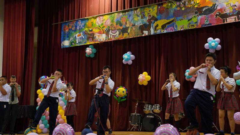 網銀基金會與台中特殊教育學校合作執行街頭藝人培訓計畫,受培訓學生今天在校慶上展現成果。圖/蔡其昌提供