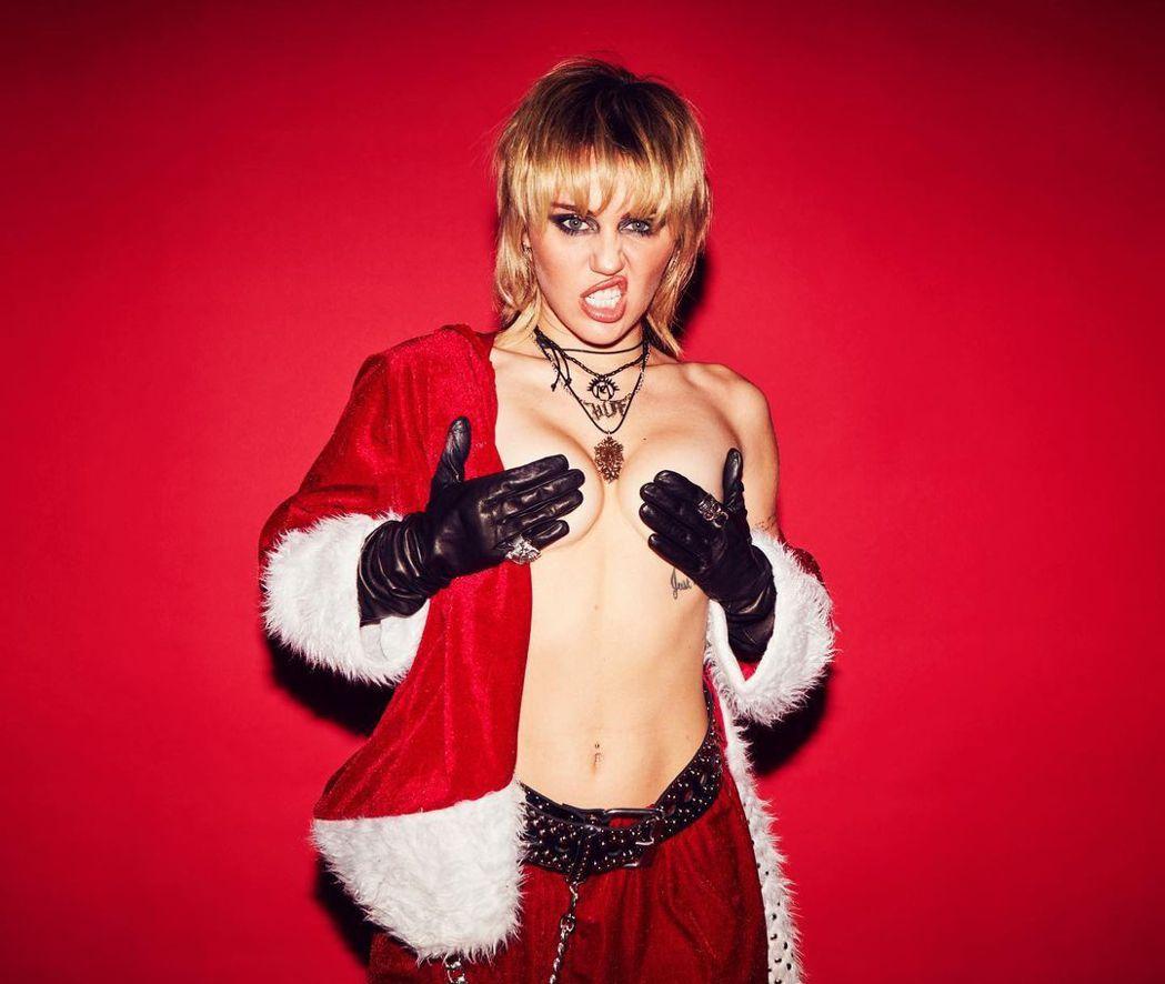 麥莉的耶誕照片仍有上空遮兩點的尺度。圖/摘自Instagram