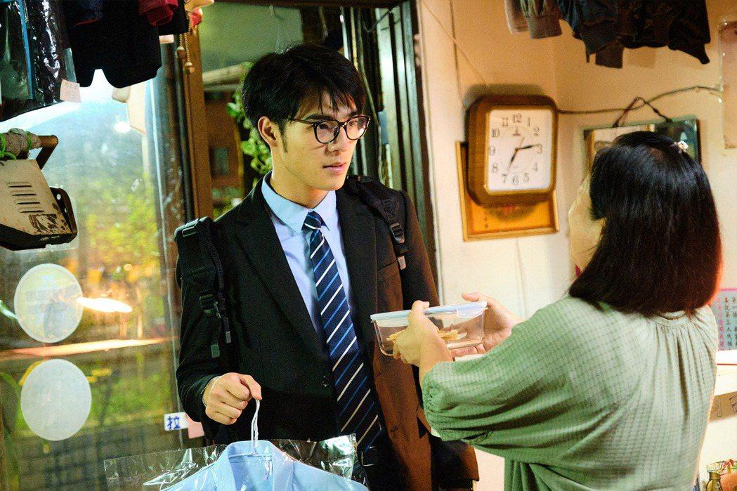 陳昊森(左)在新戲「大債時代」中受潘麗麗照顧許多。圖/公視提供