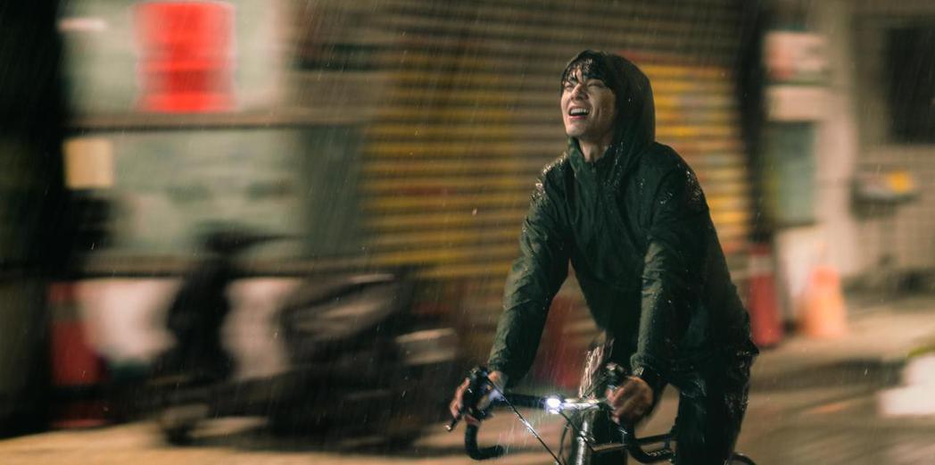 林柏宏在「青春弒戀」有場苦淋雨的戲。圖/齊石提供