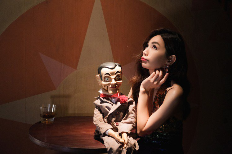 Ella在新歌「A CA ELLA」MV化身腹語娃娃。圖/勁樺娛樂提供