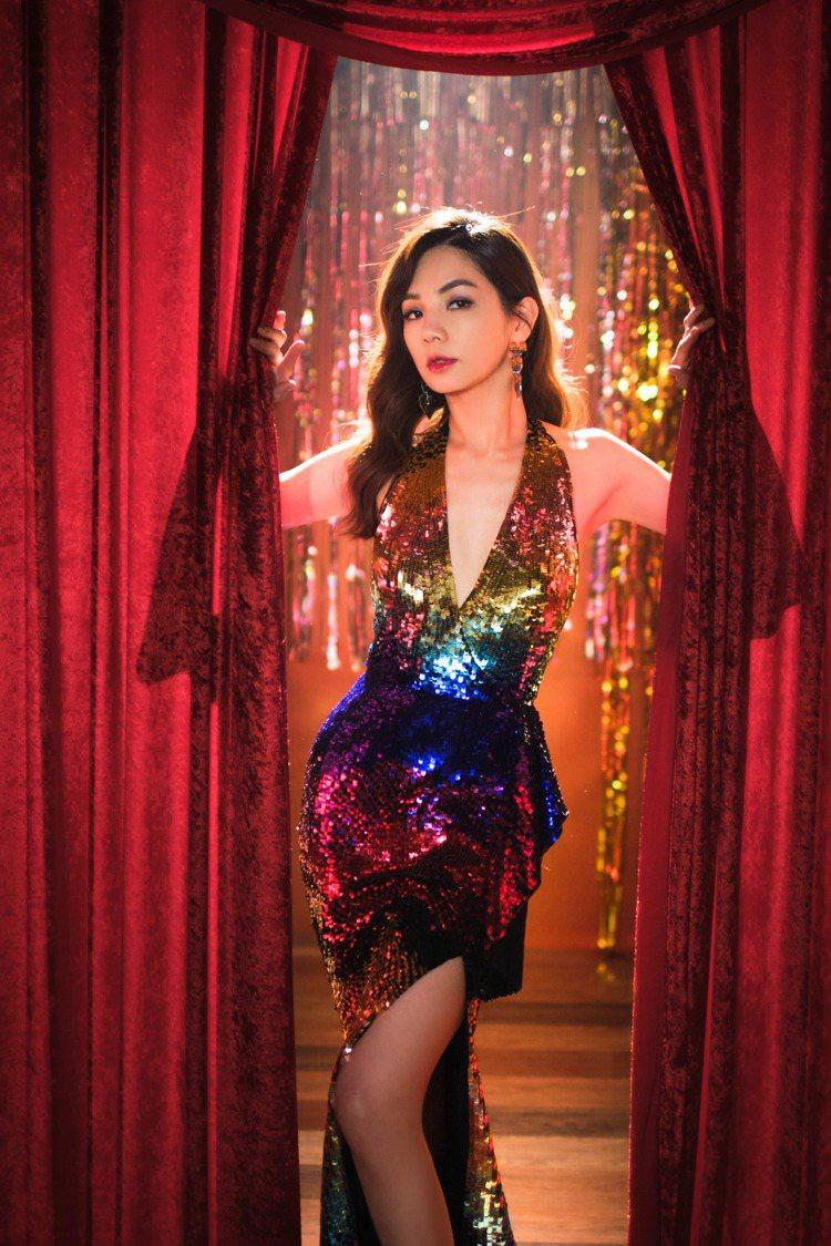 Ella在新歌「A CA ELLA」MV穿上彩虹深V禮服,展露好身材。圖/勁樺娛...