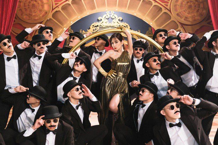 Ella(中)在新歌「A CA ELLA」MV化身百老匯女神。圖/勁樺娛樂提供