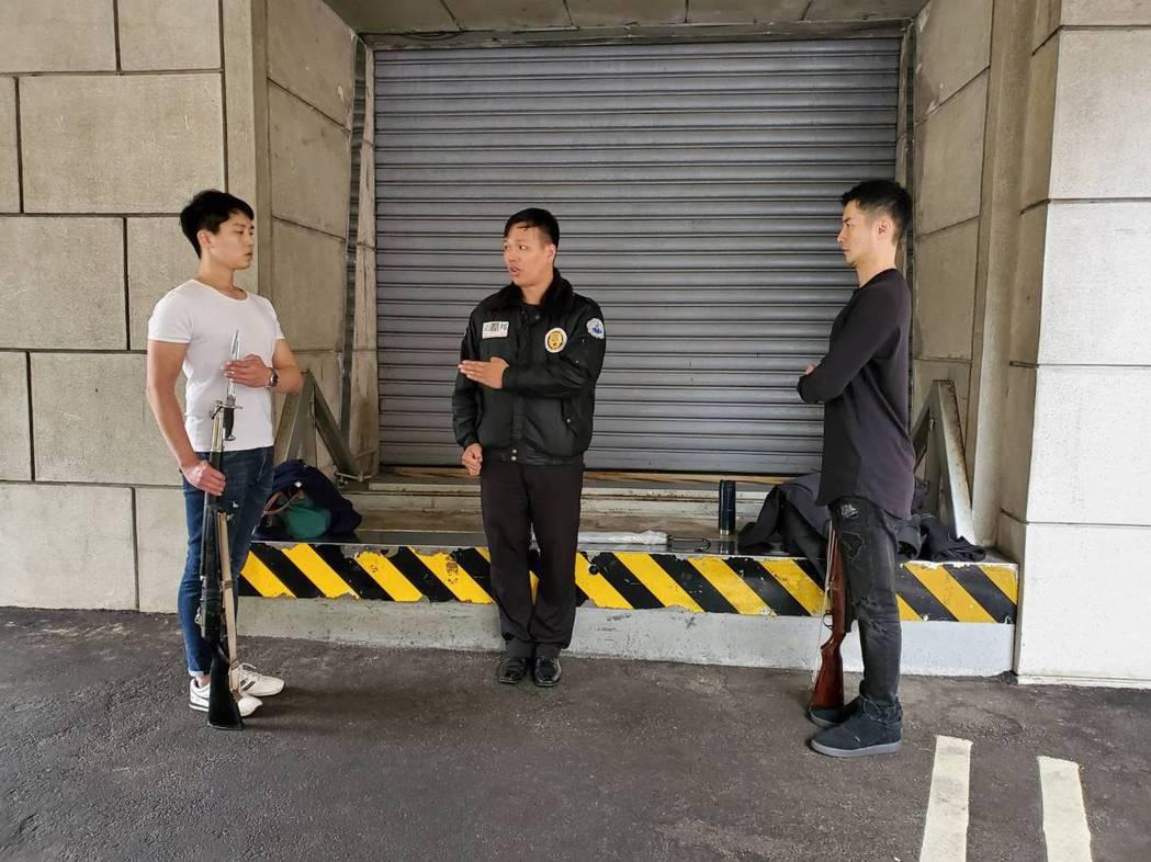 周詠軒(右)、張世賢接受教官訓練。圖/大愛台提供