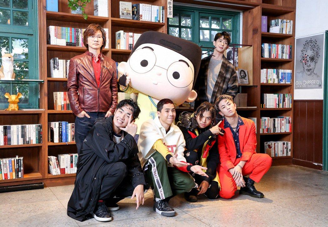 林隆璇(後排左)攜手兒子林亭翰(後排右)推出新歌「愛搞怪的小東西」,男團B.T.