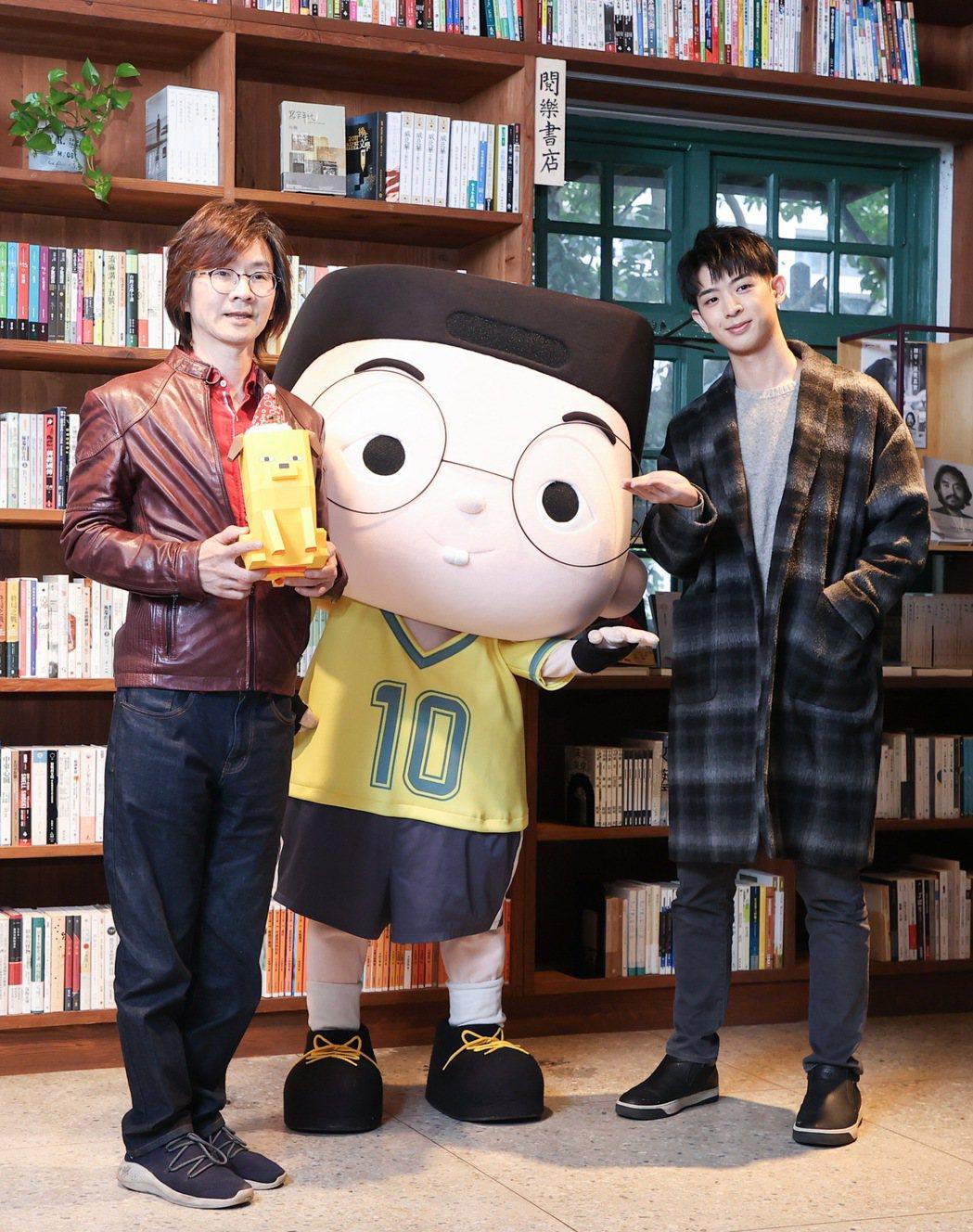 林隆璇(左)攜手兒子林亭翰推出新歌「愛搞怪的小東西」。記者余承翰/攝影