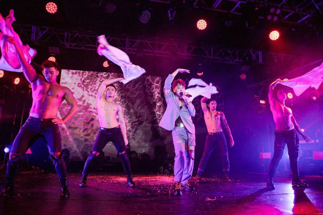 「五堅情」小賴(中)自費砸750萬發片兼辦演唱會,開唱舞戰猛男舞者,展現女王架勢...
