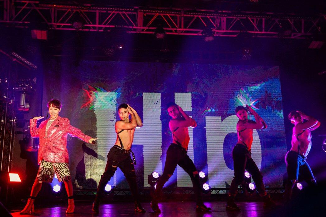 「五堅情」小賴(左)自費砸750萬發片兼辦演唱會,開唱舞戰猛男舞者,展現女王架勢...