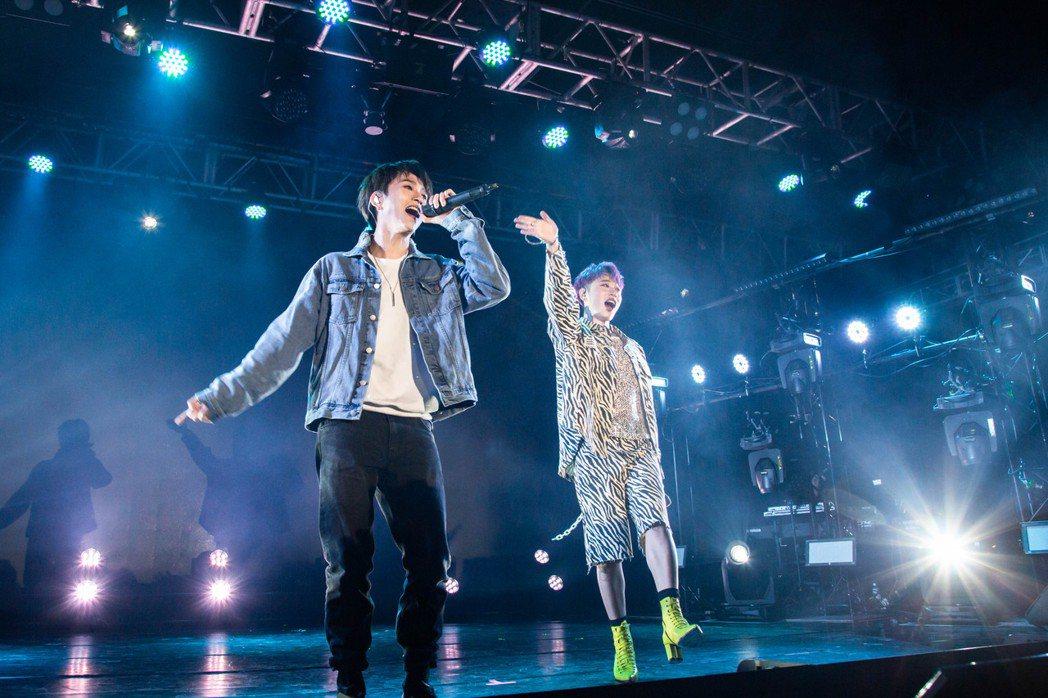 小賴(右)與邱鋒澤合唱「天黑請閉眼」。圖/杳桓有限公司提供